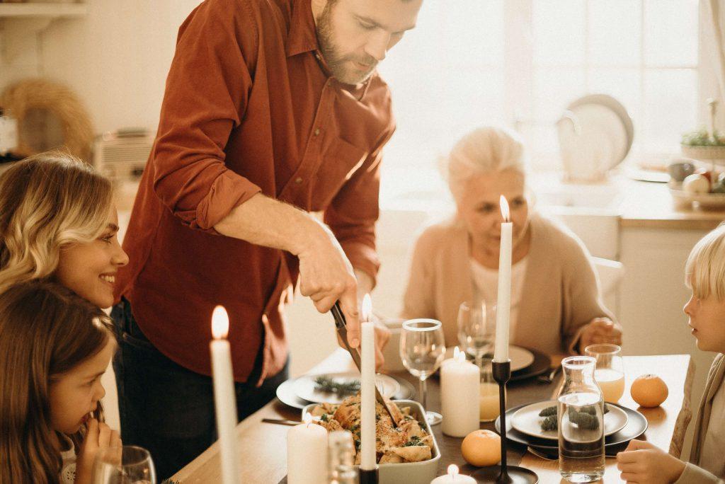 family celebrating thanksgiving in pandemic