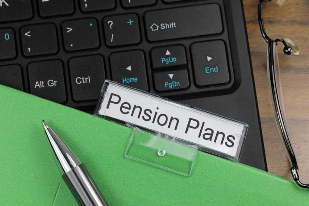 how does a company pension plan work